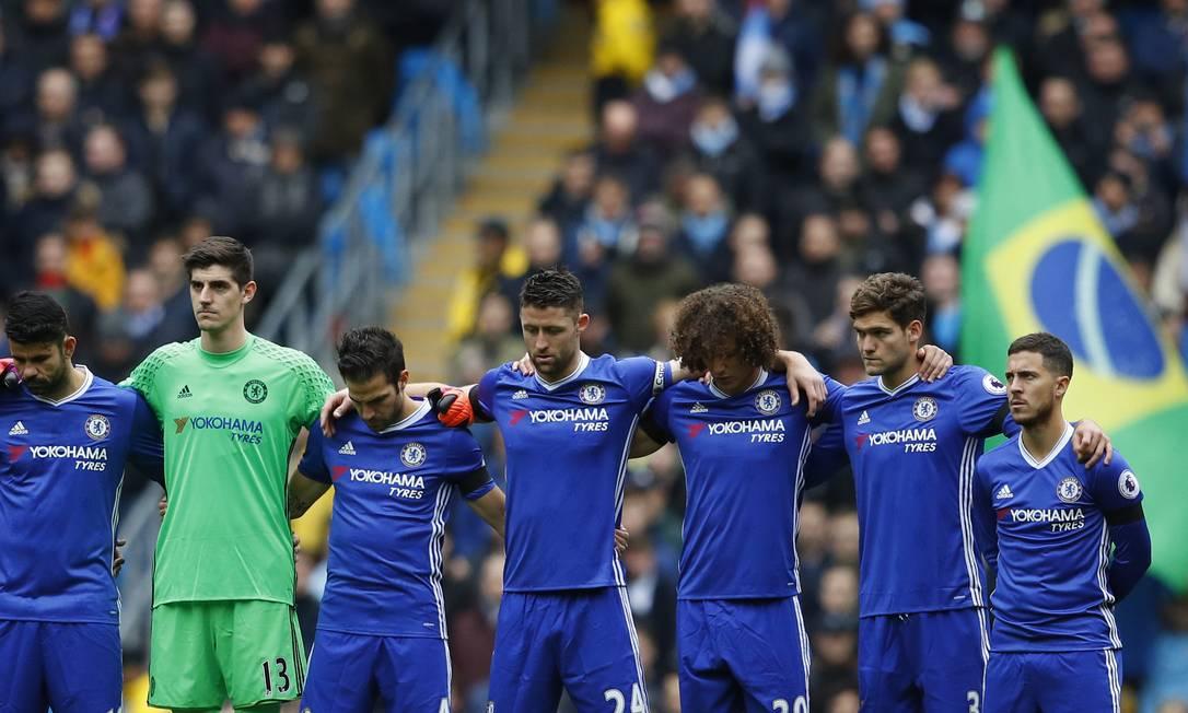 Jogadores do Chelsea respeitando um minuto de silêncio em homenagem aos mortos na queda do avião da Chapecoense Phil Noble / REUTERS