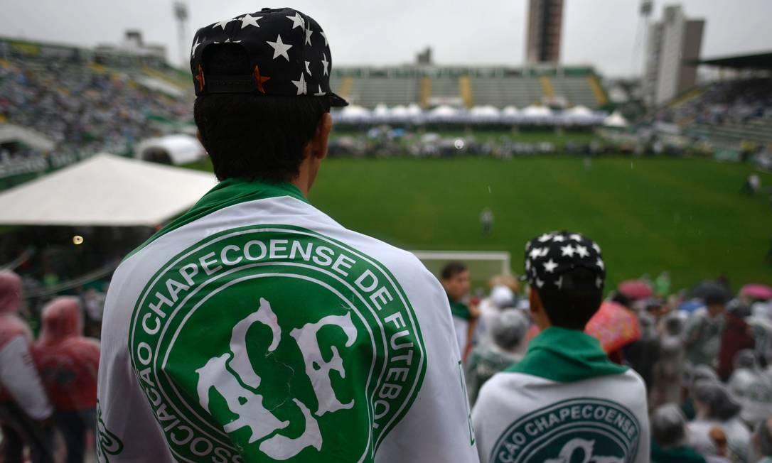 Torcedores comparecem à Arena Condá com bandeiras da Chapecoense DOUGLAS MAGNO / AFP