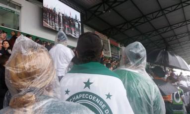Torcedores em silêncio na arquibancada da Arena Condá Foto: Agência O Globo / Luiz Barp