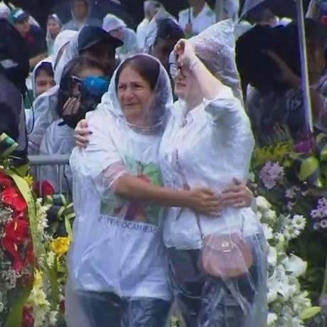 Dona Ilaíde abraça um familiar enquanto aguarda a chegada do corpo do filho na Arena Condá Foto: Reprodução