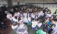 Parentes velam corpo na Arena Condá, em Chapecó Foto: Reprodução/TV Globo