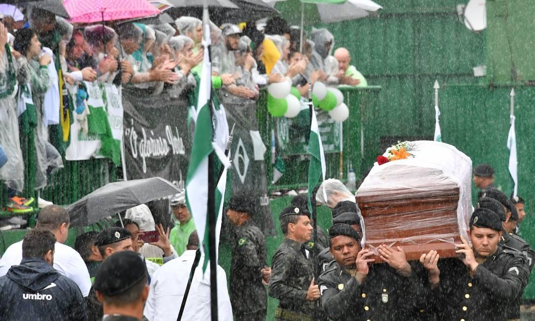 Militares carregam um dos caixões NELSON ALMEIDA / AFP