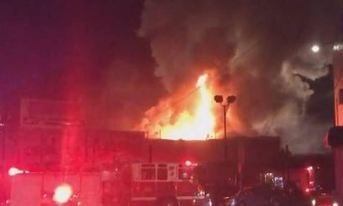 Casa noturna pegou fogo durante show em Oakland, nos EUA Foto: Reprodução