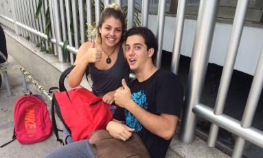 Stephanie e Raphael: sem pressa para entrar na sala Foto: Paula Ferreira