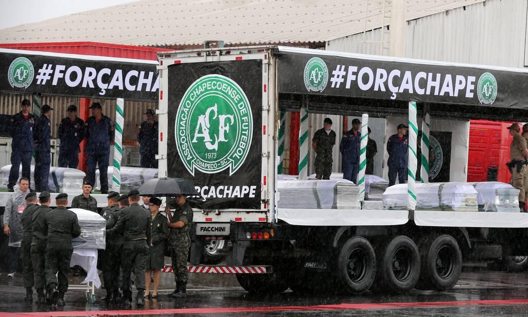 Carretas seguiram com os corpos para a Arena Condá PAULO WHITAKER / REUTERS