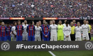 Antes da partida, em silêncio jogadores prestaram sentimento ao clube catarinense Foto: Manu Fernandez / AP