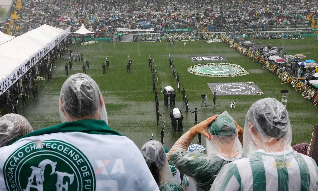 Mesmo sob forte chuva, o público lotou a Arena Condá RICARDO MORAES / REUTERS