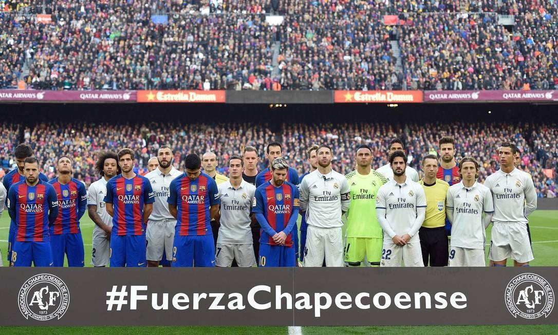 """A rodada deste fim de semana do futebol foi de homenagens aos mortos na tragédia do voo da Chapecoense. No clássico entre Barcelona e Real Madrid, os jogadores estenderam uma faixa com a inscrição """"Fuerza Chapecoense"""" Foto: LLUIS GENE / AFP"""