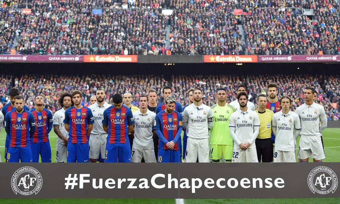"""A rodada deste fim de semana do futebol foi de homenagens aos mortos na tragédia do voo da Chapecoense. No clássico entre Barcelona e Real Madrid, os jogadores estenderam uma faixa com a inscrição """"Fuerza Chapecoense"""" LLUIS GENE / AFP"""