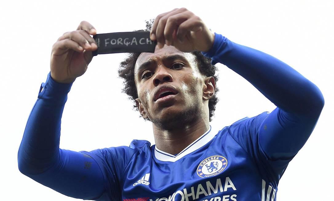 """Willian ergue a braçadeira preta com a inscrição """"Força Chape"""" após marcar um gol pelo Chelsea contra o Manchester City PAUL ELLIS / AFP"""
