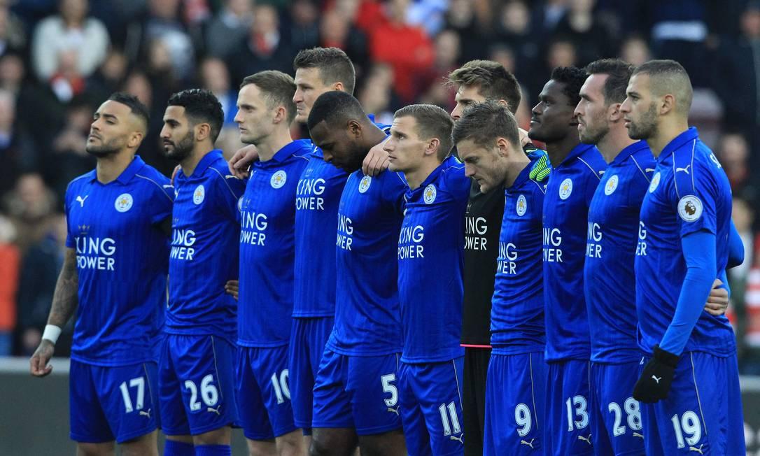 Na Inglaterra, a Chapecoense, pela sua ascensão meteórica no cenário do futebol brasileiro, chegou a ser comparada ao Leicester. Neste sábado, antes da partida contra o Sunderland, jogadores do atual campeão inglês respeitaram um minuto de silêncio em memória dos mortos na tragédia LINDSEY PARNABY / AFP