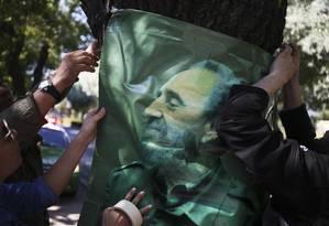O Comandante. Simpatizantes penduram uma foto de Fidel Castro do lado de fora da Embaixada de Cuba em Santiago, no Chile Foto: AP/26-12-2016