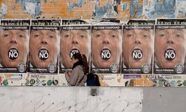 Campanha dura. Oposição a governo de Matteo Renzi não poupa ataques ao premier para incentivar eleitores a votar contra sua reforma constitucional; cerca de um quarto dos eleitores estavam indecisos a duas semanas do referendo Foto: FILIPPO MONTEFORTE / AFP