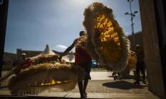 Funcionário carrega fantasia após desfile deste ano: espaço VIP de cervejaria dará lugar em 2017 a eventos com ingressos que custam até R$ 5.200 Foto: Daniel Marenco / Daniel Marenco/12-02-2016