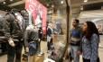 Casal faz compras em shopping do Rio Foto: Guilherme Pinto-15-6-2016