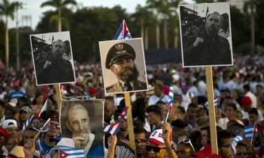 Cubanos seguram imagens de Fidel Castro em última homenagem póstuma a ex-presidente Foto: Ramon Espinosa / AP