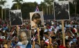 Cubanos seguram imagens de Fidel Castro em última homenagem póstuma a ex-presidente