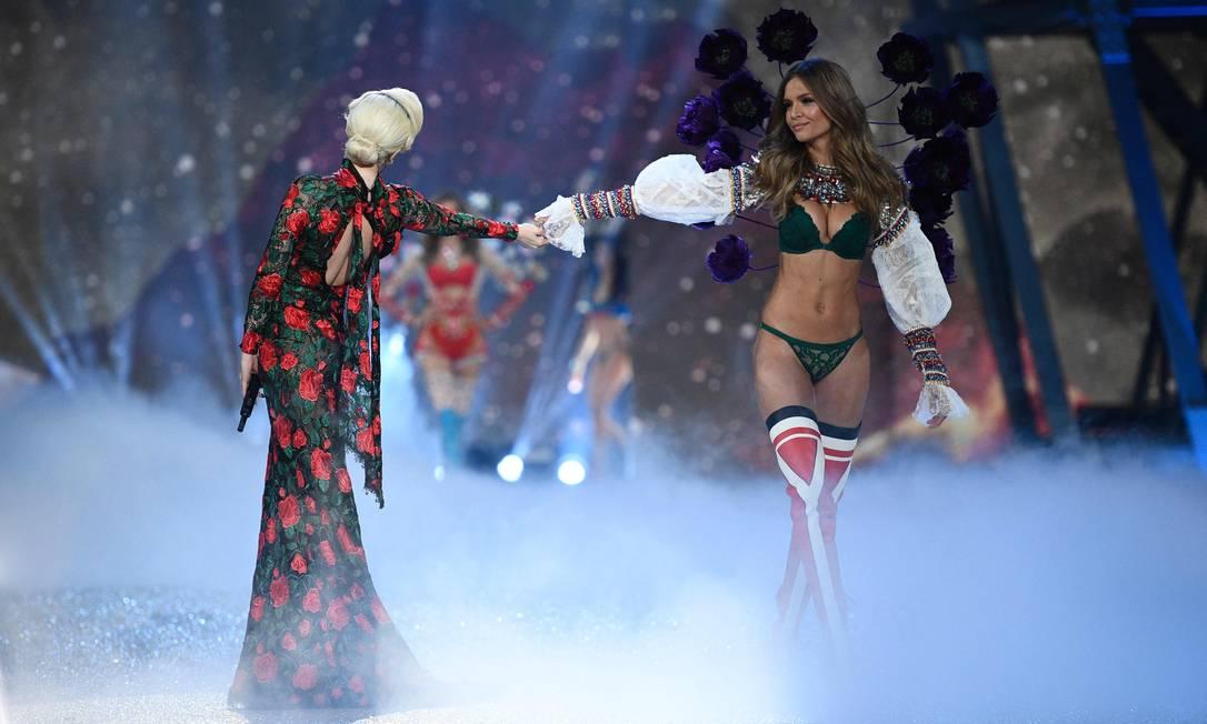 Josephine Skriver e Lady Gaga: sucesso na passarela MARTIN BUREAU / AFP