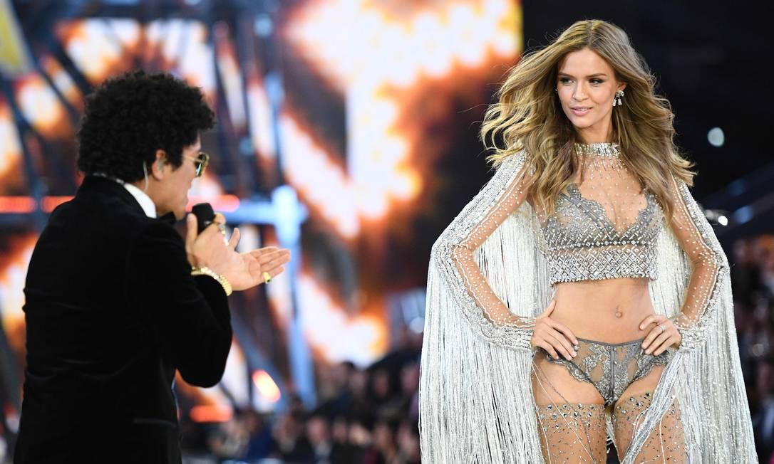 Bruno Mars também interagiu com a angel Josephine Skriver MARTIN BUREAU / AFP