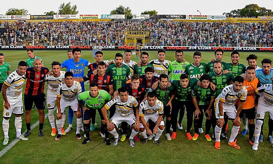 Os jogadores do San Lorenzo entraram em campo com as camisas que trocaram com os atletas da Chapecoense quando os enfrentaram na semifinal da Copa Sul-Americana Foto: CULACIATTI HORACIO / AFP
