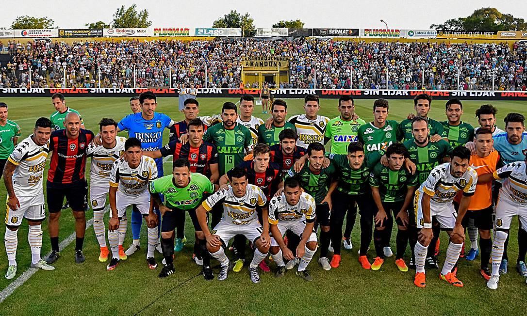 Os jogadores do San Lorenzo entraram em campo com as camisas que trocaram com os atletas da Chapecoense quando os enfrentaram na semifinal da Copa Sul-Americana CULACIATTI HORACIO / AFP