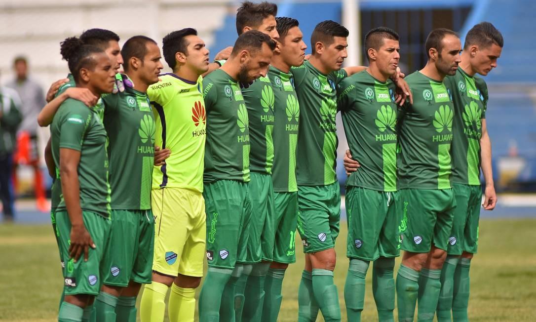 Na Bolívia, os jogadores do Bolívar vestiram uma camisa da Chapecoense durante o minuto de silêncio antes da partida contra o Universitário Foto: Reuters