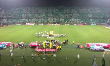 """O mosaico feito pela torcida do Atlético Nacional com a frase """"Vamos, vamos, Chape!"""" Foto: Reprodução/Twitter"""