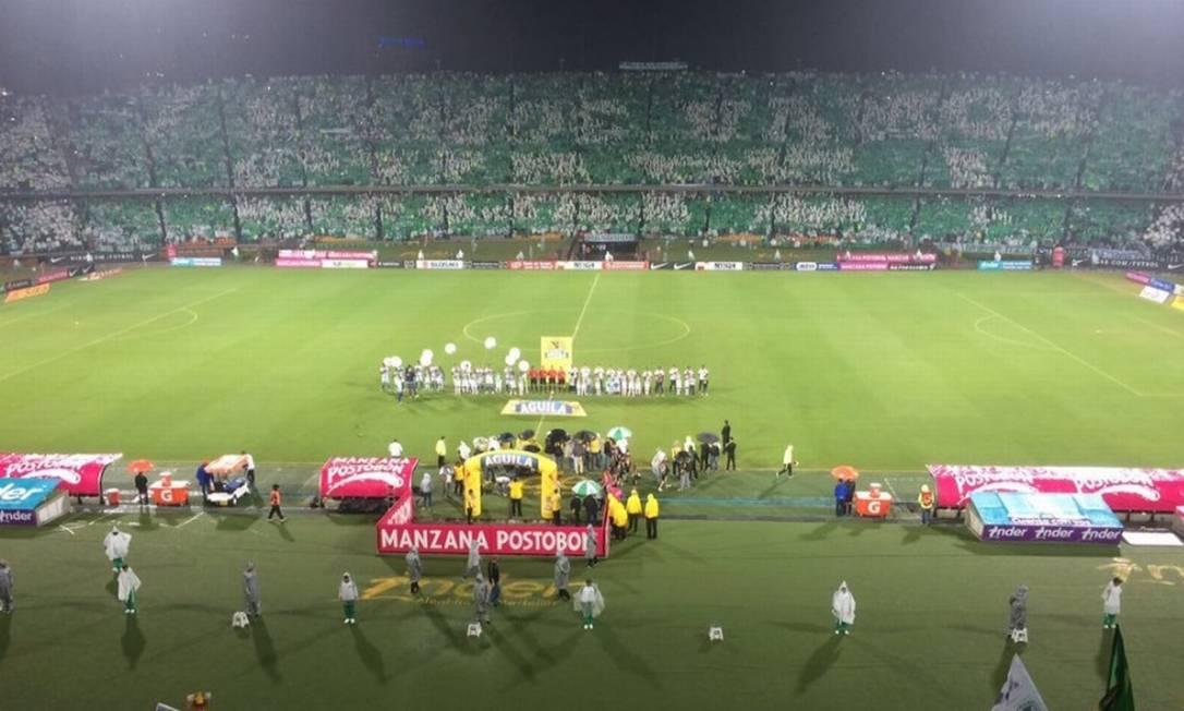 """O mosaico feito pela torcida do Atlético Nacional com a frase """"Vamos, vamos, Chape!"""" Reprodução/Twitter"""