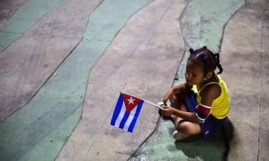 Menina segura bandeira de cuba em última homenagem póstuma a ex-presidente Fidel Castro Foto: RONALDO SCHEMIDT / AFP