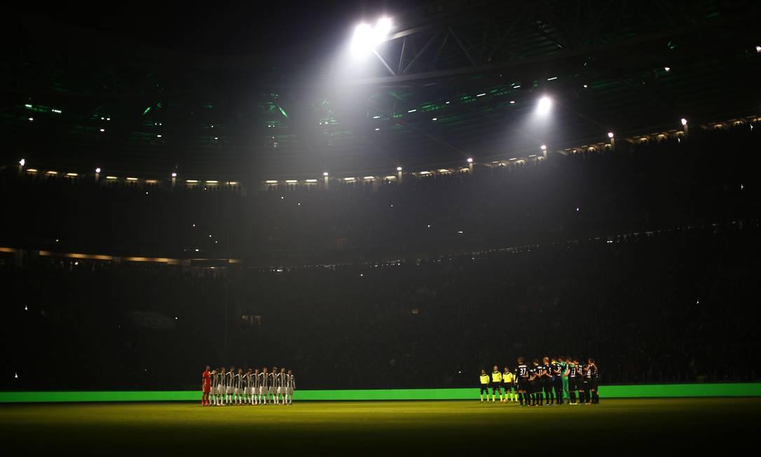 Em Turim, a Juventus fez um minuto de silêncio com as luzes do estádio apagadas antes do jogo contra a Atalanta MARCO BERTORELLO / AFP