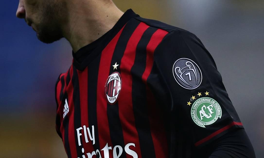 O escudo da Chapecoense na camisa do Milan durante o jogo contra o Crotone, pelo Campeonato Italiano MARCO BERTORELLO / AFP