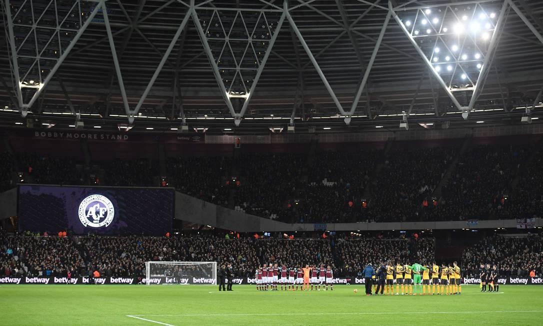 O escudo da Chapecoense no estádio Olímpico de Londres durante o minuto de silêncio antes da partida entre West Ham e Arsenal, pelo Campeonato Inglês Foto: JUSTIN TALLIS / AFP