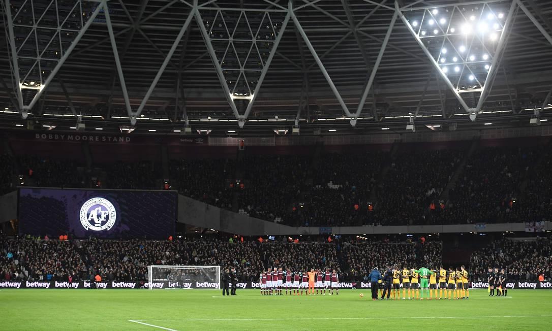 O escudo da Chapecoense no estádio Olímpico de Londres durante o minuto de silêncio antes da partida entre West Ham e Arsenal, pelo Campeonato Inglês JUSTIN TALLIS / AFP