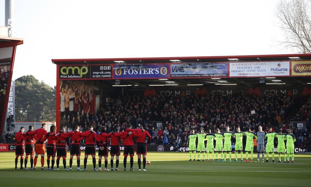 Bournemouth e Liverpool fazem um minuto de silêncio antes da partida pelo Campeonato Inglês Foto: Paul Childs / REUTERS
