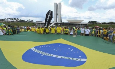 Manifestantes em Brasília fazem ato de apoio à operação Lava-Jato Foto: Andre Coelho / Agência O Globo