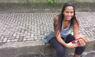 Raphaela espera prova sentada no meio-fio, segurando chocolate: ansiedade Foto: Clarissa Pains