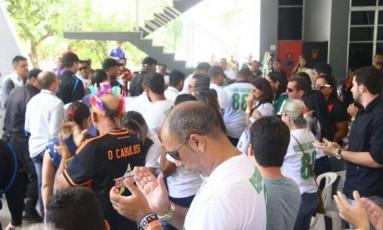 Parentes, amigos e torcedores na Ilha do Retiro para o velório do volante Cleber Santana Foto: Reprodução/Twitter do Sport Recife