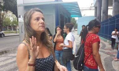 Margareth Doria reza pela filha em frente ao campus Praça Onze da Estácio de Sá, no Centro do Rio Foto: Clarissa Pains
