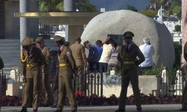 Funcionários fecham túmulo onde foram enterradas as cinzas de Fidel Castro em Cuba Foto: Ariel Fernandez / AP