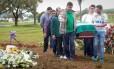 Caixão de Sandro Pallaoro é levado para o sepultamento no Cemitério Jardim do Éden Foto: MARCOSALVES / Agência O Globo