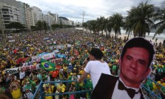 Manifestação na Praia de Copacabana contra a corrupção Foto: Custódio Coimbra / Agência O Globo