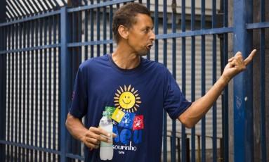 Roberto da Rocha discute com guardas após o fechamento do portão, na Estácio de Sá da Praça Onze Foto: Mônica Imbuzeiro