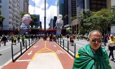 Público carrega bandeiras do Brasil, usa amarelo e há várias máscaras com o rosto de Sérgio Moro Foto: Edilson Dantas/Agência O Globo
