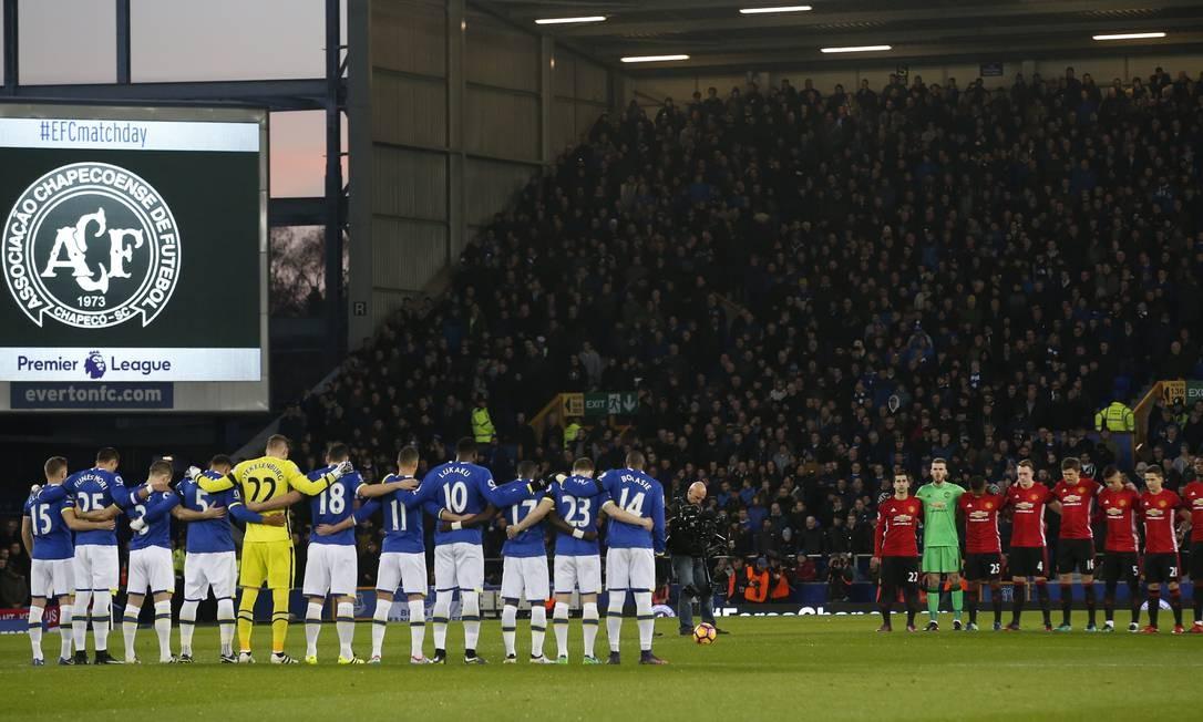 Os jogadores de Everton e Manchester United fazem um minuto de silêncio antes da partida pelo Campeonato Inglês Foto: Andrew Yates / REUTERS