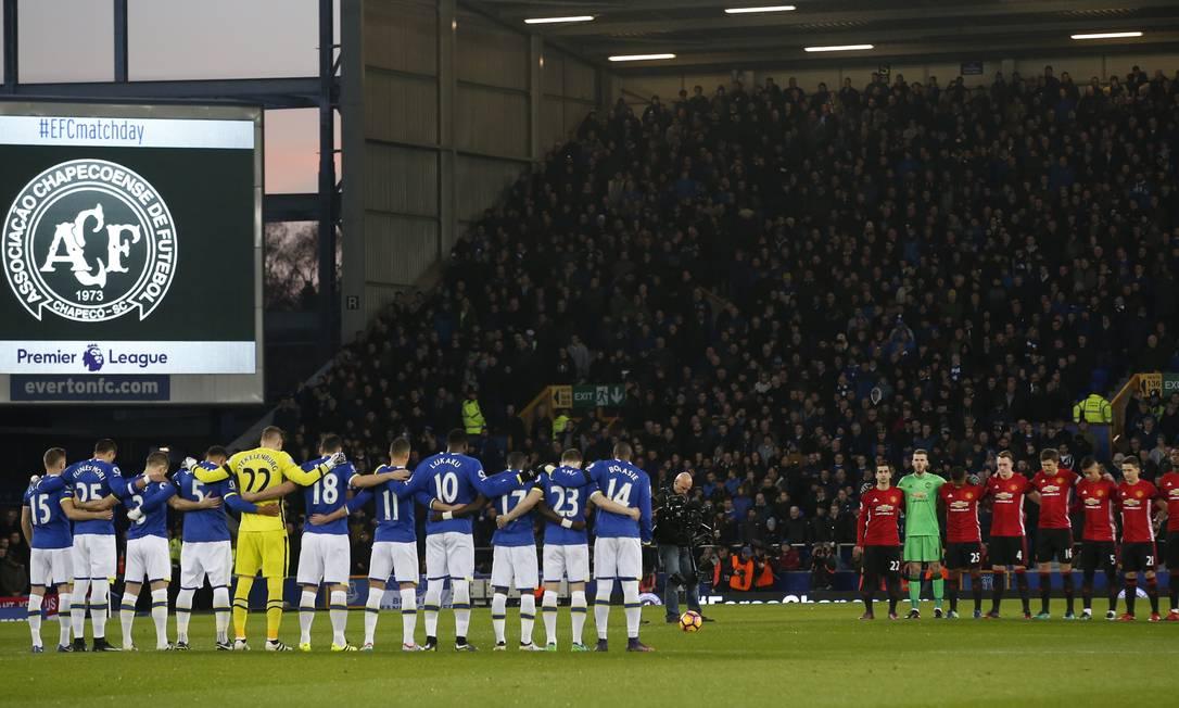 Os jogadores de Everton e Manchester United fazem um minuto de silêncio antes da partida pelo Campeonato Inglês Andrew Yates / REUTERS