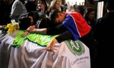 Comoção tomou conta do velório do técnico Caio Junior Foto: RODOLFO BUHRER / REUTERS