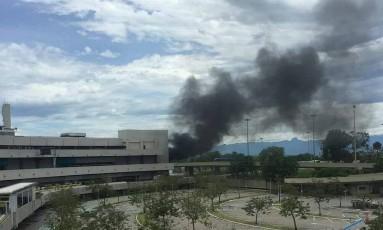 Fumaça escura assustou quem passava próximo ao aeroporto na tarde deste domingo Foto: Rafael Galdo / Agência O Globo