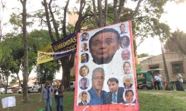 No fim do ato, caixas de tomate podres foram distribuídas para os manifestantes jogarem em um grande cartaz com os rostos de parlamentares, entre eles os presidente do Senado Renan Calheiros (PMDB-AL) e da Câmara Rodrigo Maia (DEM-RJ).