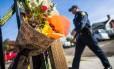 Flores e mensagens são deixadas em um memorial improvisado para as vítimas do incêndio em Oakland, Califórnia Foto: NICK OTTO / AFP