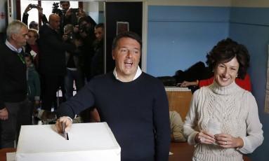 Premier Matteo Renzi vota ao lado da mulher, Agnese, em Pontassieve, na Itália Foto: Antonio Calanni / AP